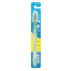 Зубная щетка Oral-B Shiny Clean средняя жесткость